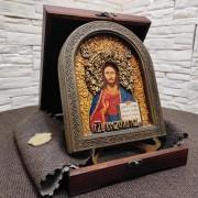 Фото иконы Господа Вседержителя в округлой раме с позолотой на подставке в подарочном футляре