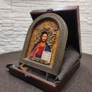Фото иконы Господа Вседержителя в округлой раме с позолотой на подставке в футляре