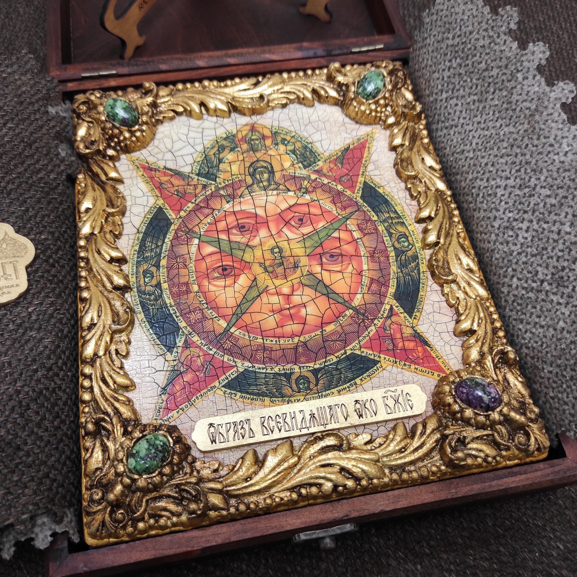 Фото иконы под старину Всевидящее око с иглицами и камнями уложенной в футляре другой ракурс