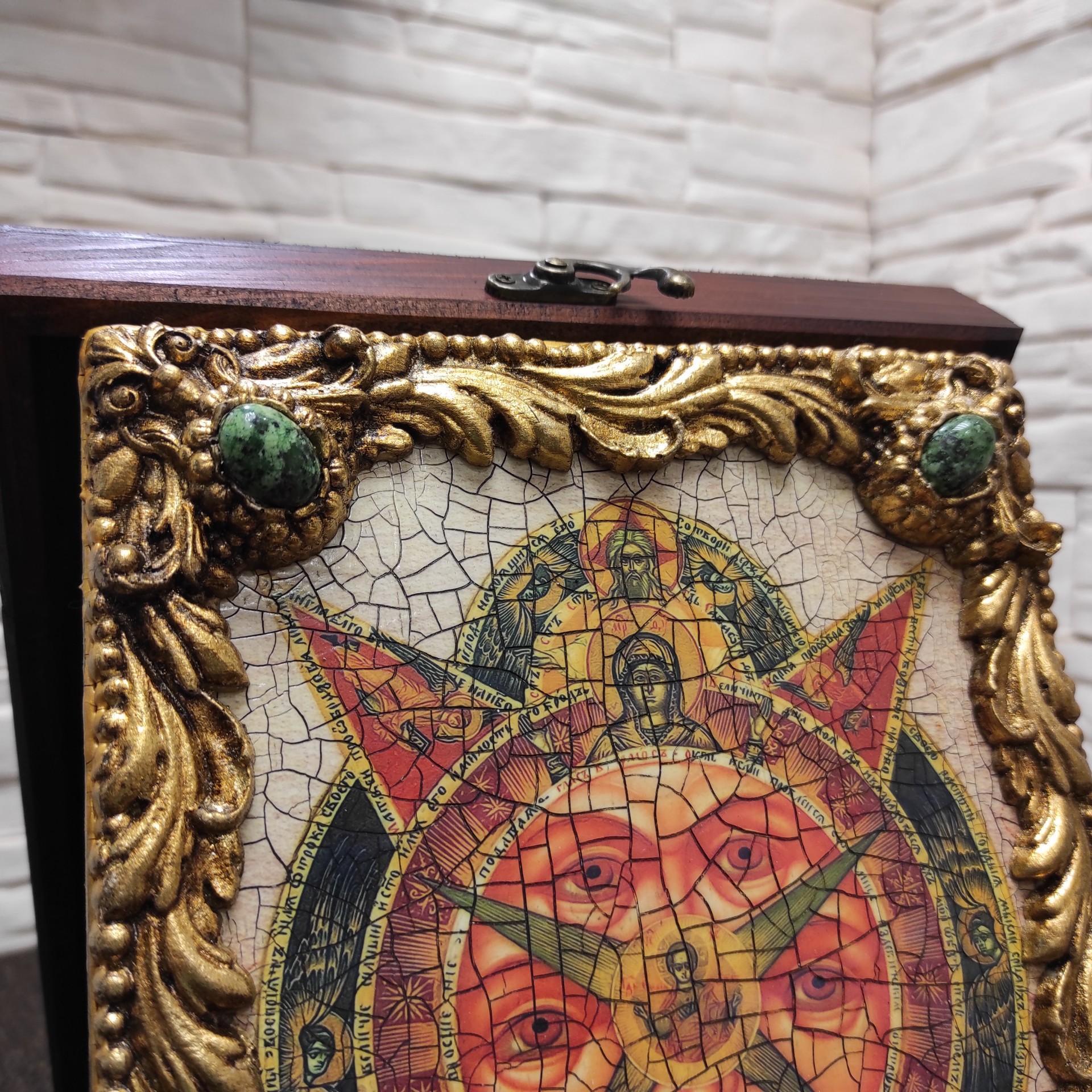 Фото верхних камней иконы под старину Всевидящее око с иглицами и камнями на подставке в футляре