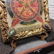 Фото нижних камней иконы под старину Всевидящее око с иглицами и камнями на подставке в футляре