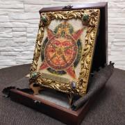 Фото общий вид иконы под старину Всевидящее око с иглицами и камнями на подставке в футляре