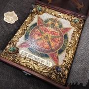 Фото иконы под старину Всевидящее око с иглицами и камнями уложенной в футляре