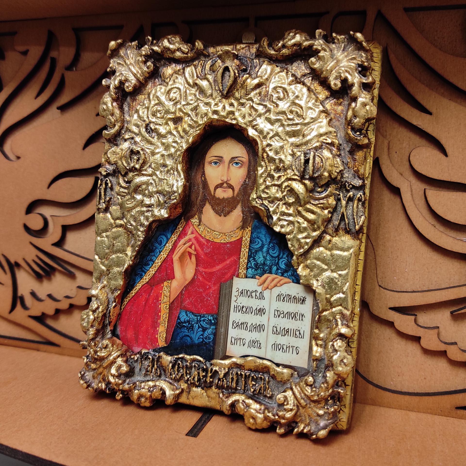 Общее фото иконы на полке Господа Вседержителя с позолоченной ризой