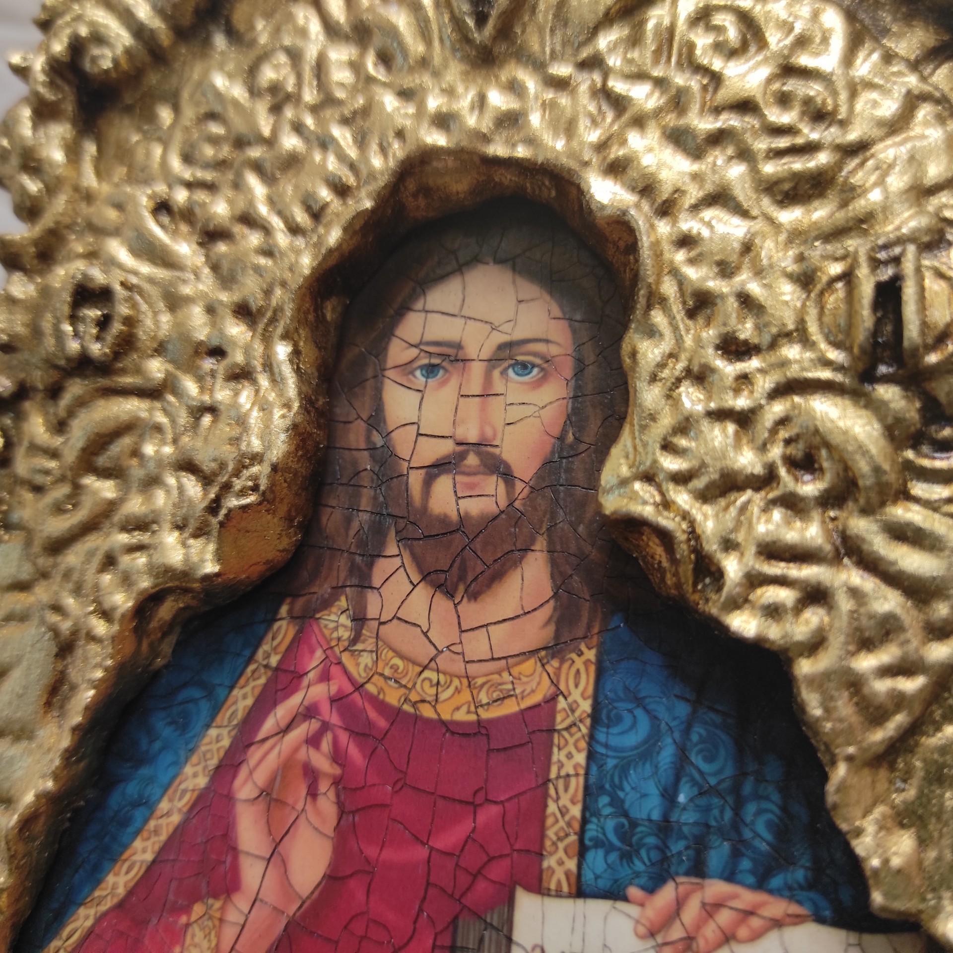 Фото лика иконы с трещинами Господа Вседержителя с позолоченной ризой
