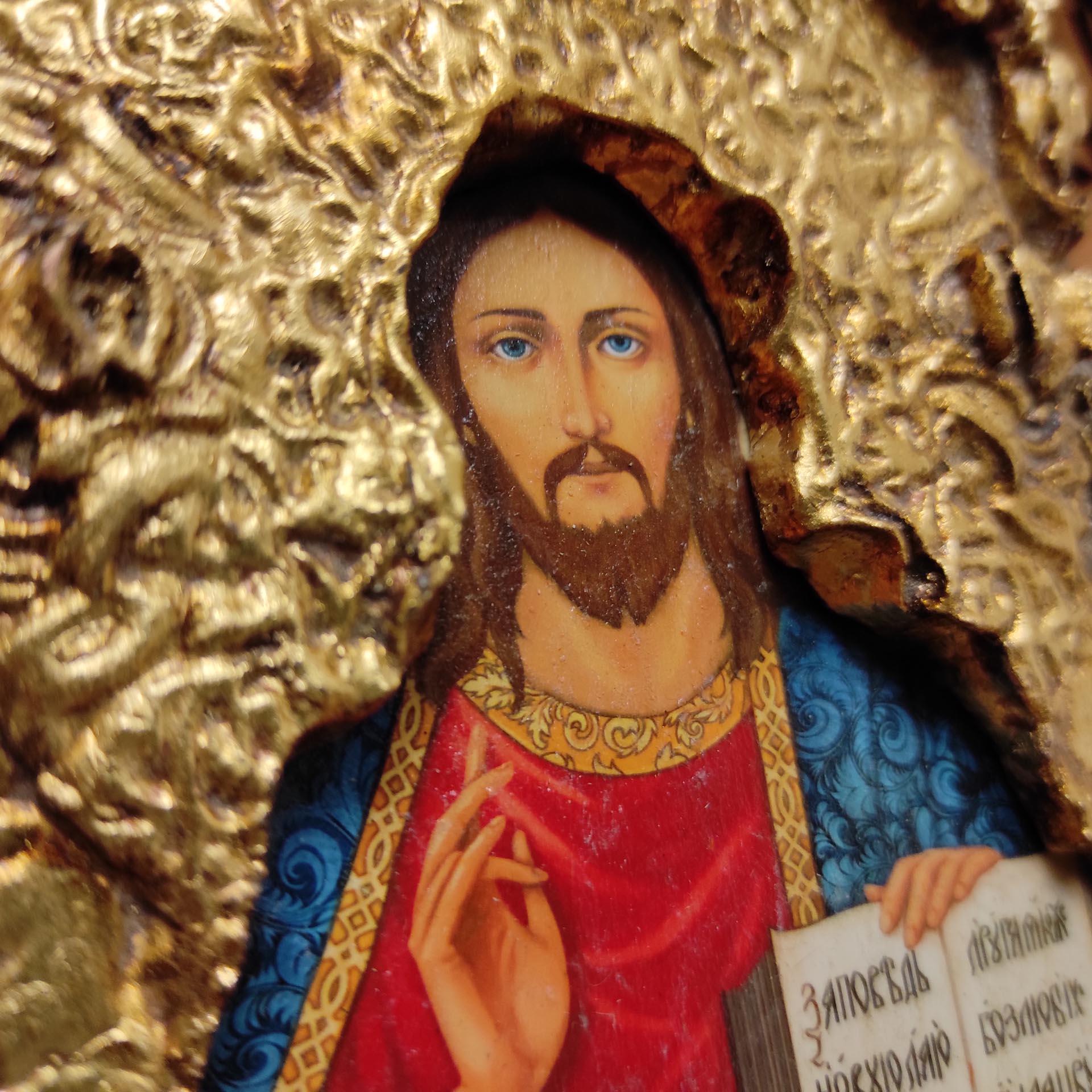 Фото иконы без трещин Господа Вседержителя с позолоченной ризой