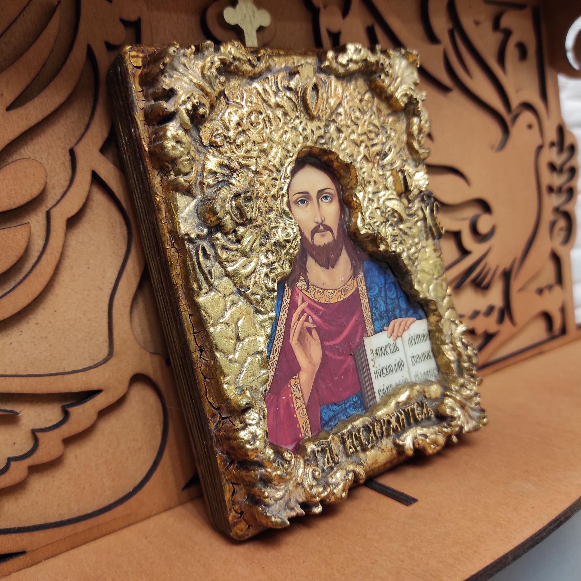 Фотография на полочке маленькой иконки Господа Вседержителя