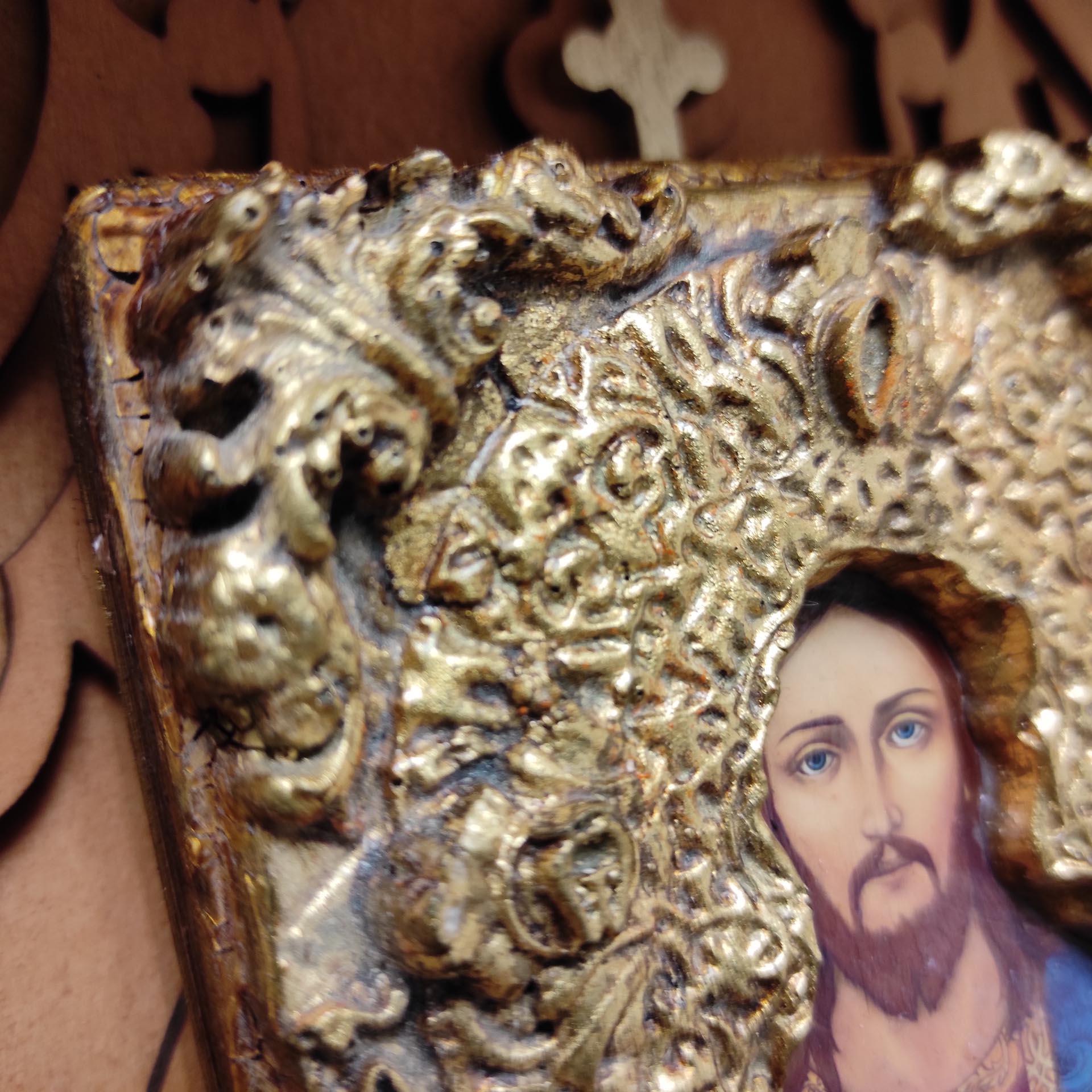 Фото верхнего угла маленькой иконки Господа Вседержителя