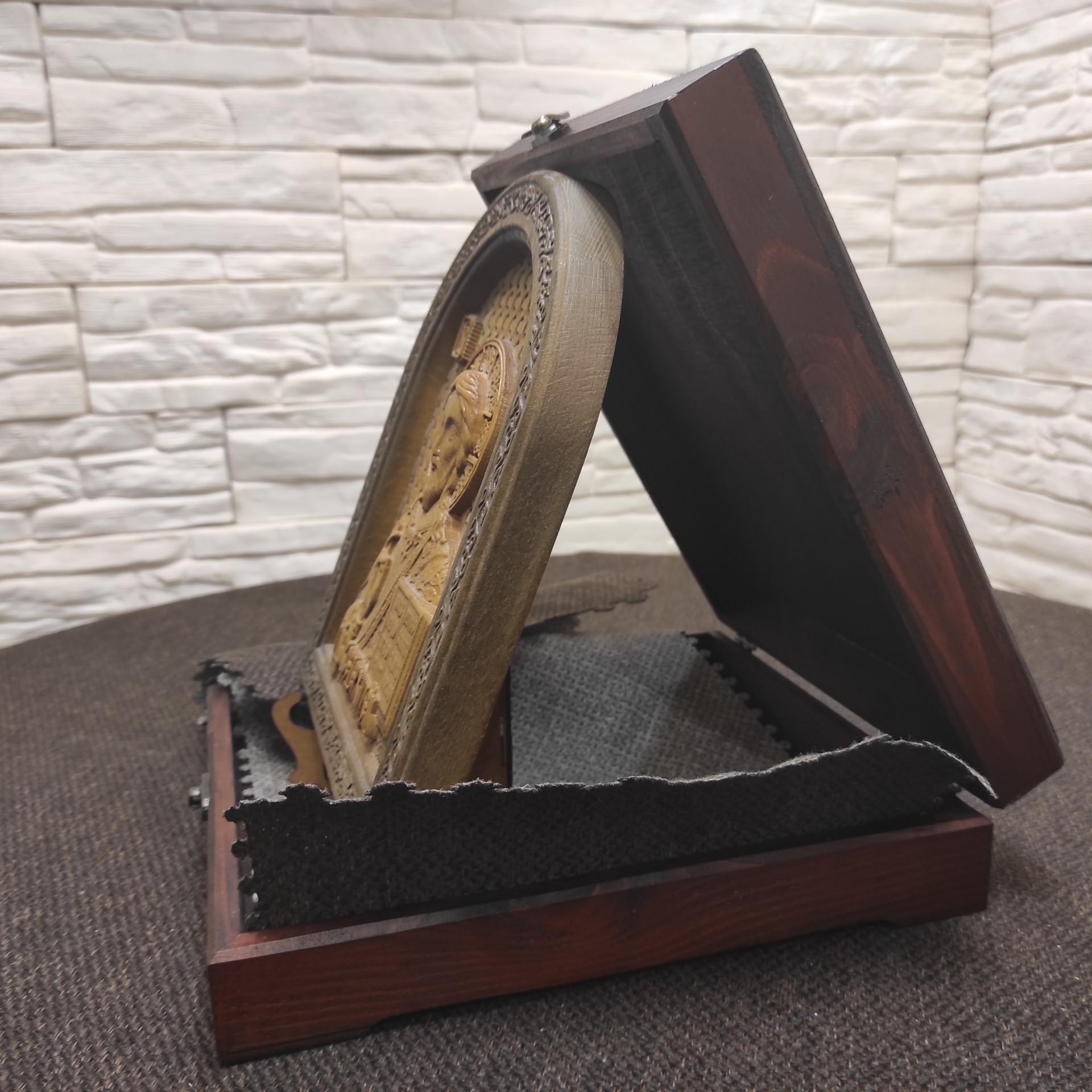 Фото резной иконы Господа Вседержителя в округлой раме на подставке с подарочным футляром вид справа
