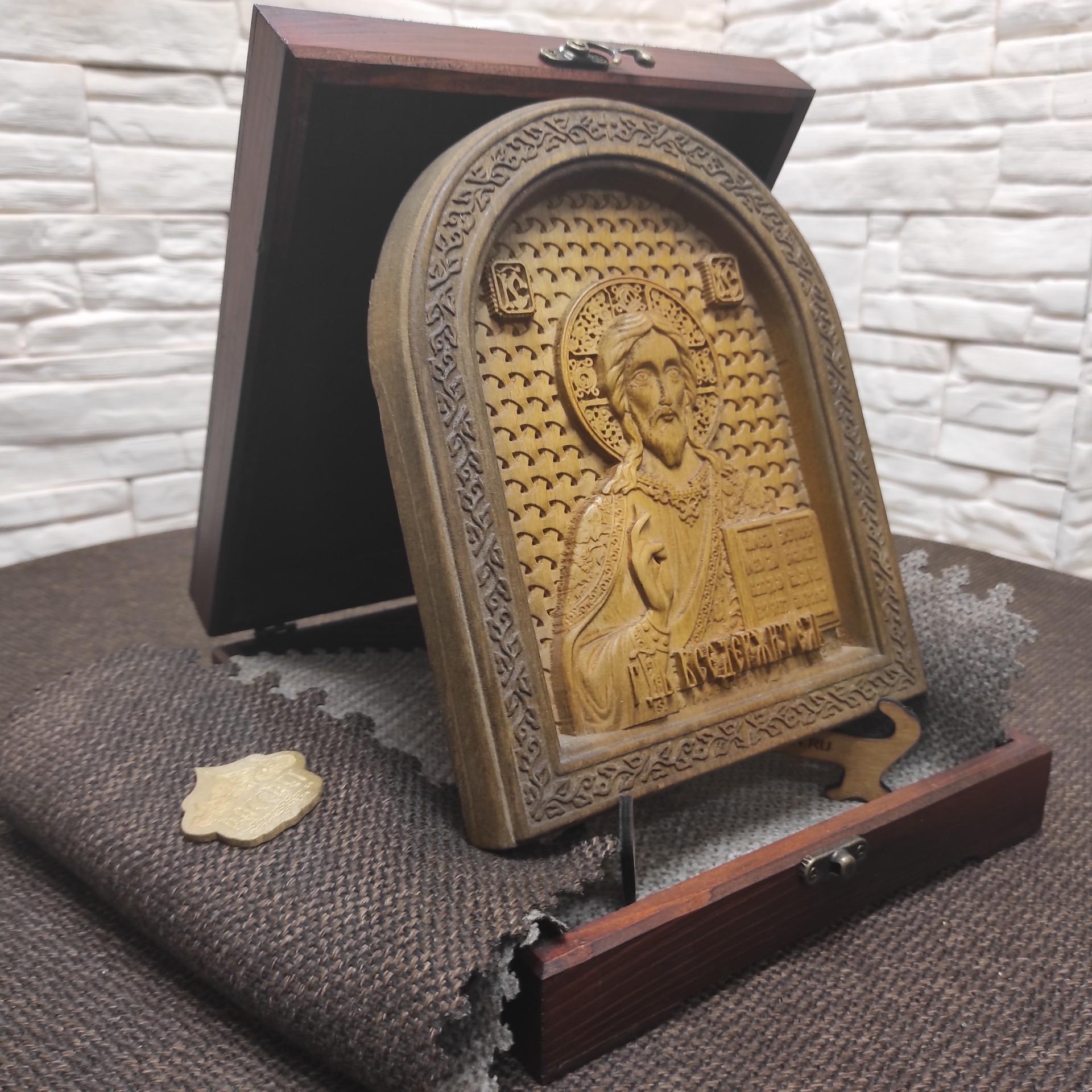 Фото резной иконы Господа Вседержителя в округлой раме