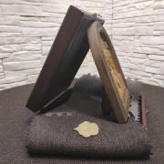 Фото резной иконы Господа Вседержителя в округлой раме на подставке с подарочным футляром вид сбоку