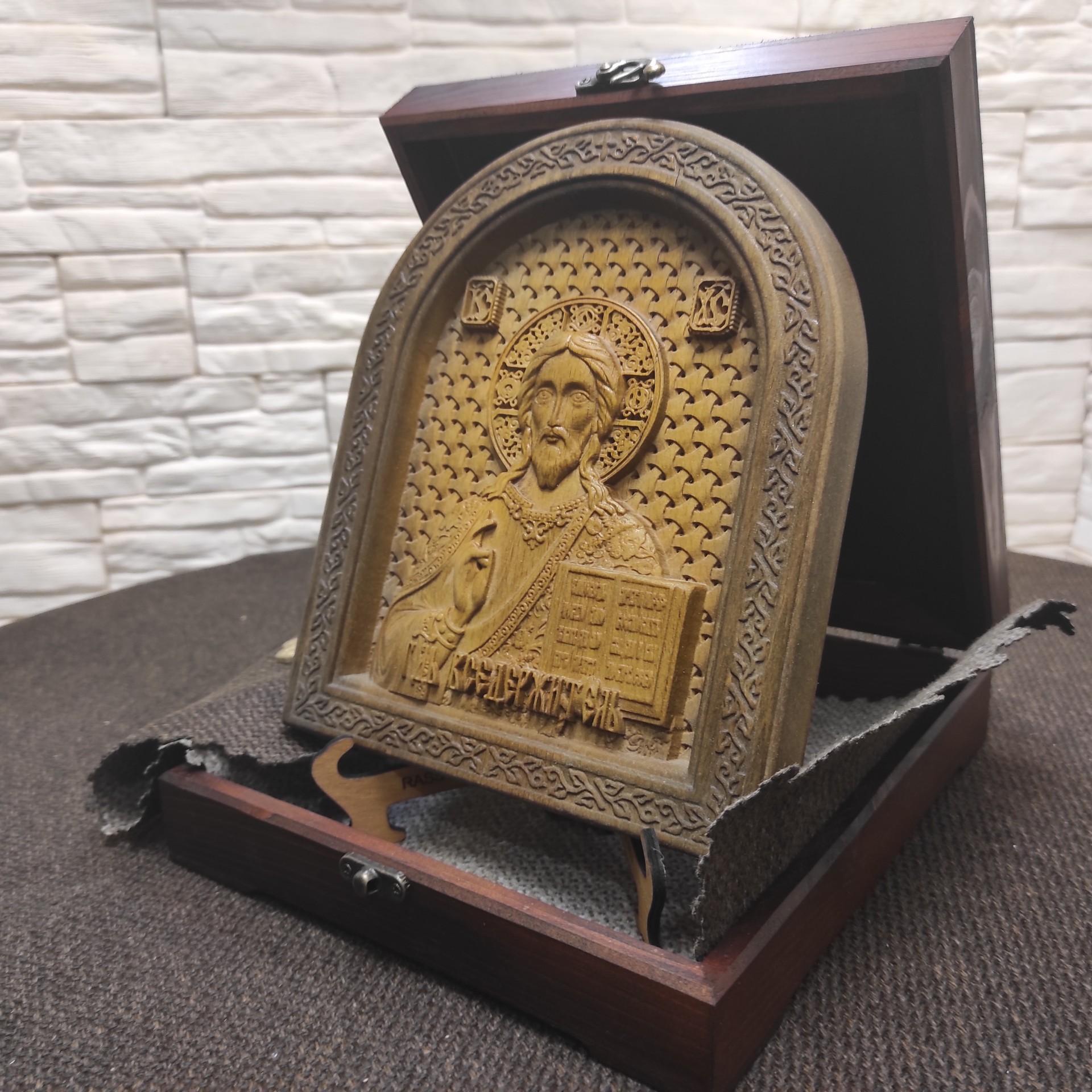 Фото резной иконы Господа Вседержителя в округлой раме на подставке с подарочным футляром