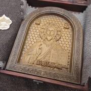 Фото резной иконы Господа Вседержителя в округлой раме уложенная в футляр