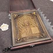 Фото резной иконы Господа Вседержителя с камнями уложенная в футляре
