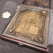 Фото резной иконы Господа Вседержителя с камнями уложенная в футляре другой ракурс