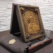 Фото резной иконы Господа Вседержителя с камнями на подставке в футляре