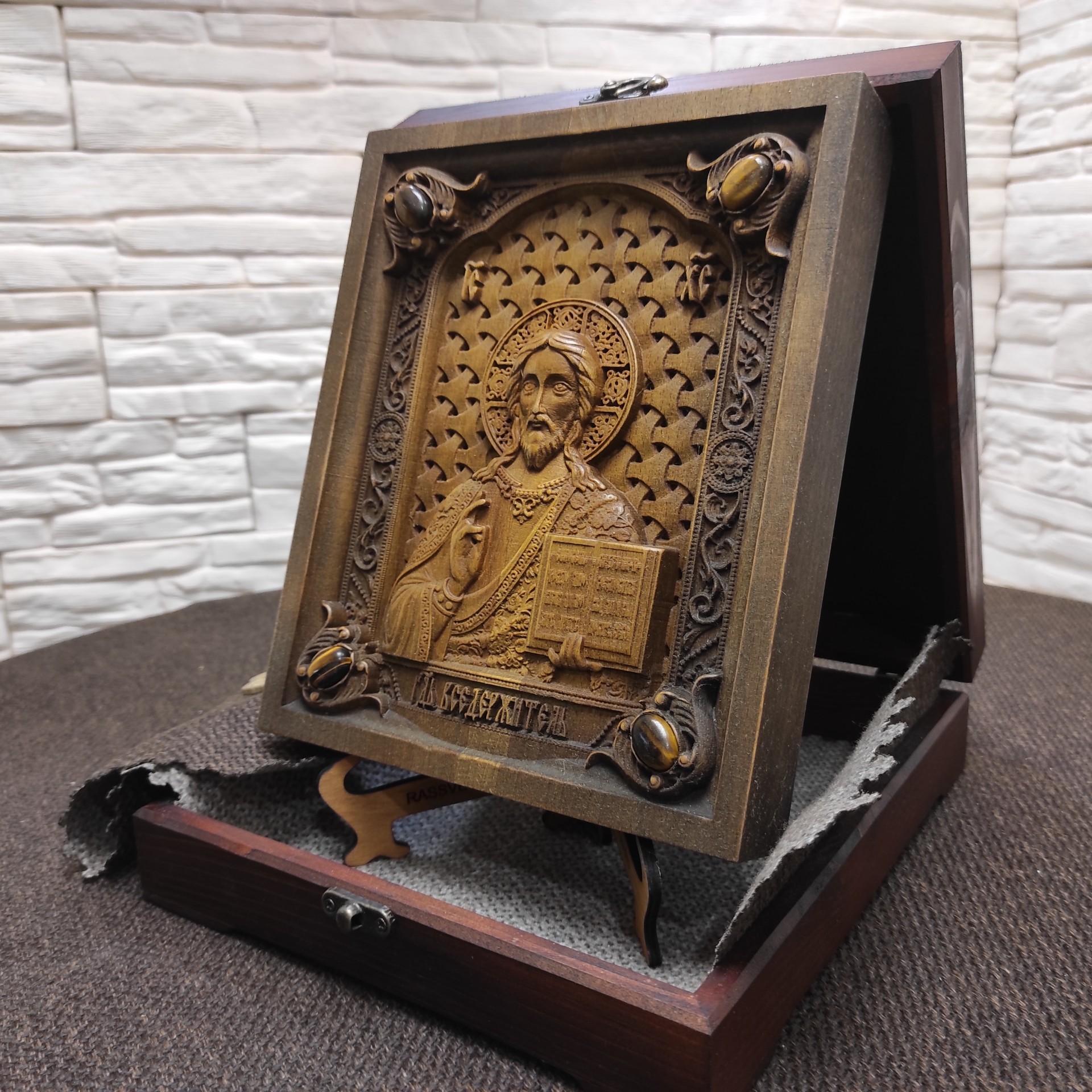Фото резной иконы Господа Вседержителя с камнями на подставке в футляре другой ракурс