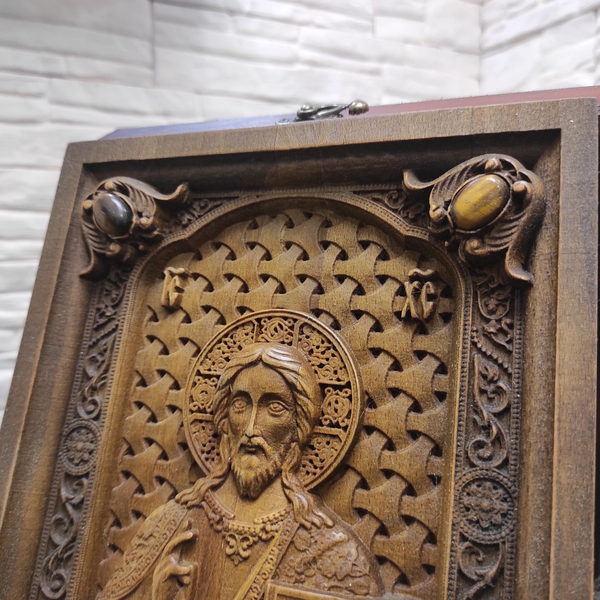 Фото верхних камней резной иконы Господа Вседержителя с камнями