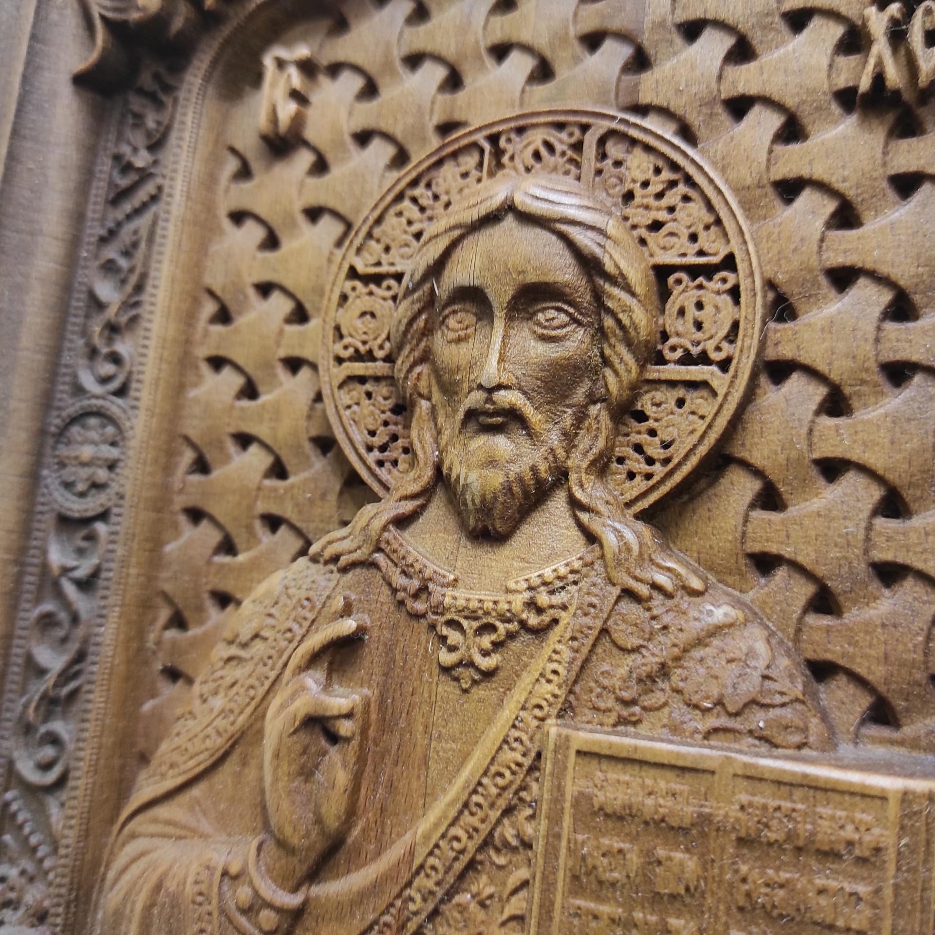Фото лика резной иконы Господа Вседержителя с камнями