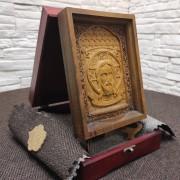 Фото маленькой резной иконы Спас Нерукотворный на подставке в футляре с покровом