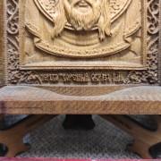 Фото низа маленькой резной иконы Спас Нерукотворный уложенной на подставке в футляре с покровом