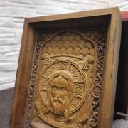 Фото верхней части маленькой резной иконы Спас Нерукотворный на подставке в футляре
