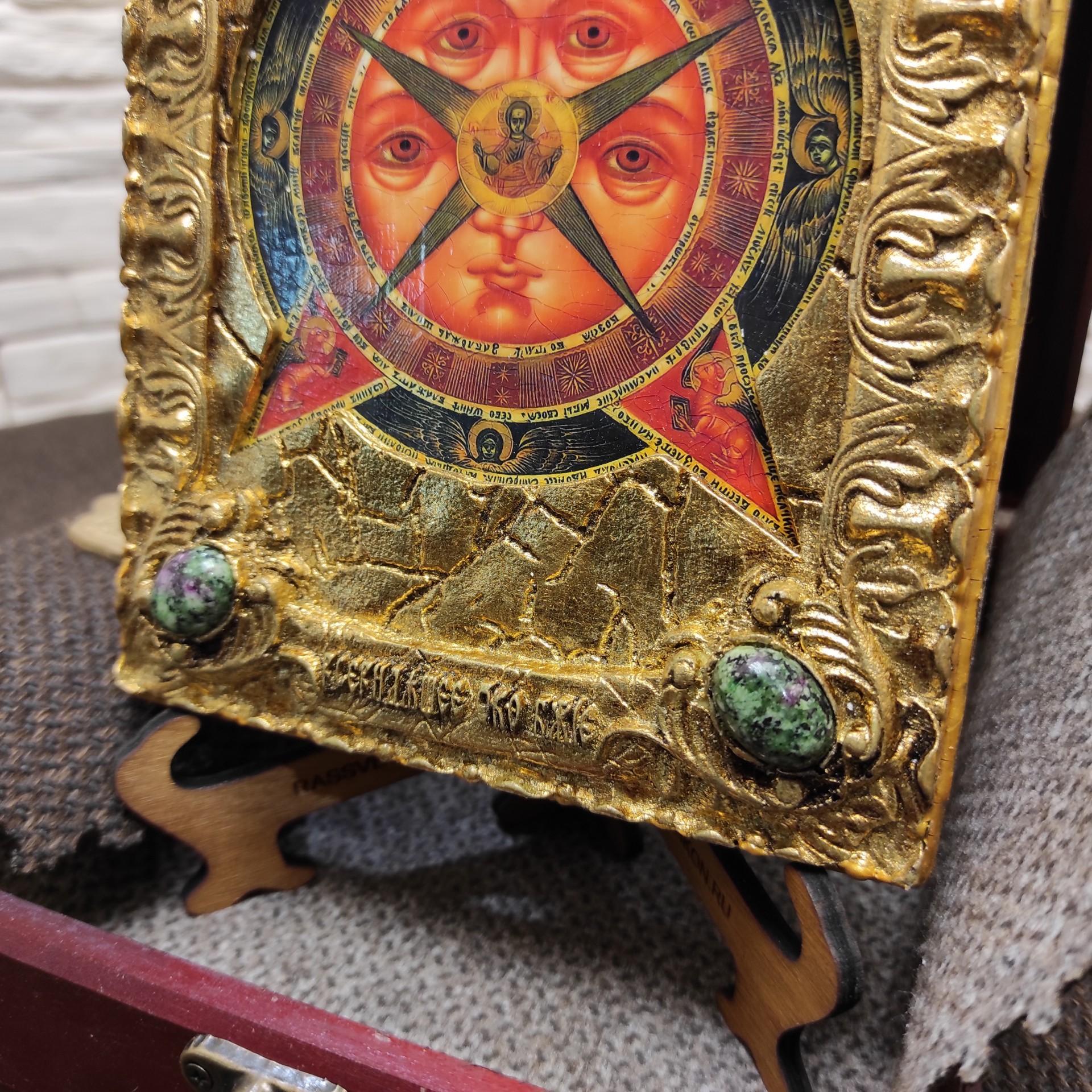 Фото нижних камней маленькой подарочной иконы Всевидящее око с камнями на подставке в футляре