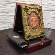 Фото общее подарочной иконы Всевидящее око с камнями на подставке в футляре размером 14 на 19 см