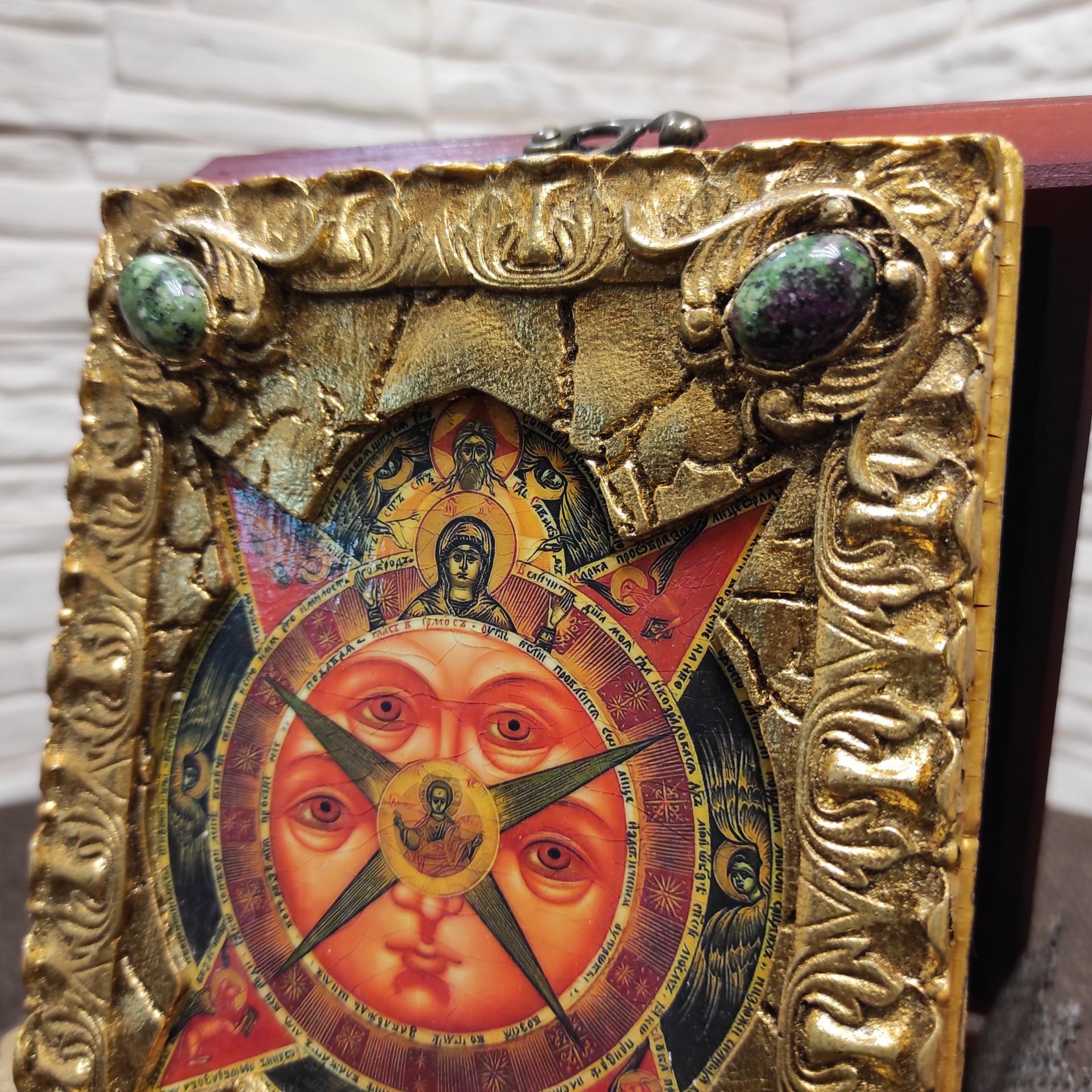 Фото верхних камней маленькой подарочной иконы Всевидящее око с камнями на подставке в футляре