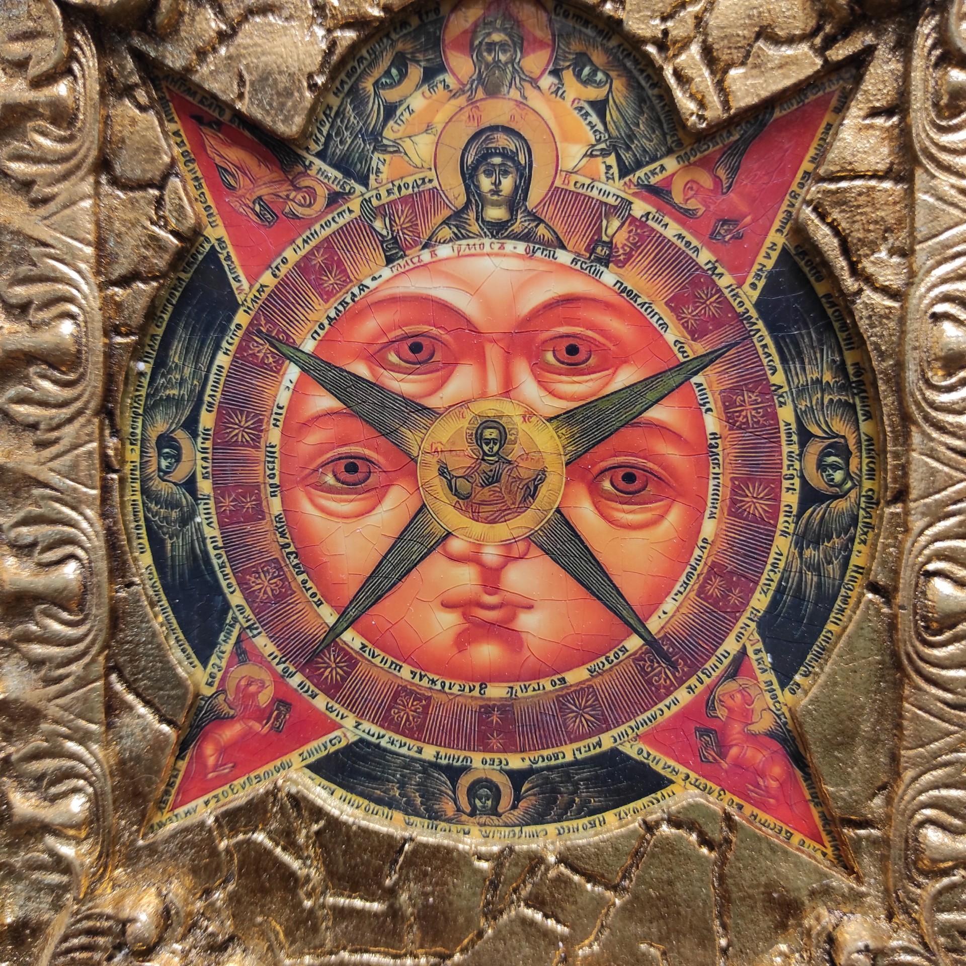 Фото лика подарочной иконы Всевидящее око с камнями на подставке в футляре размером 14 на 19 см
