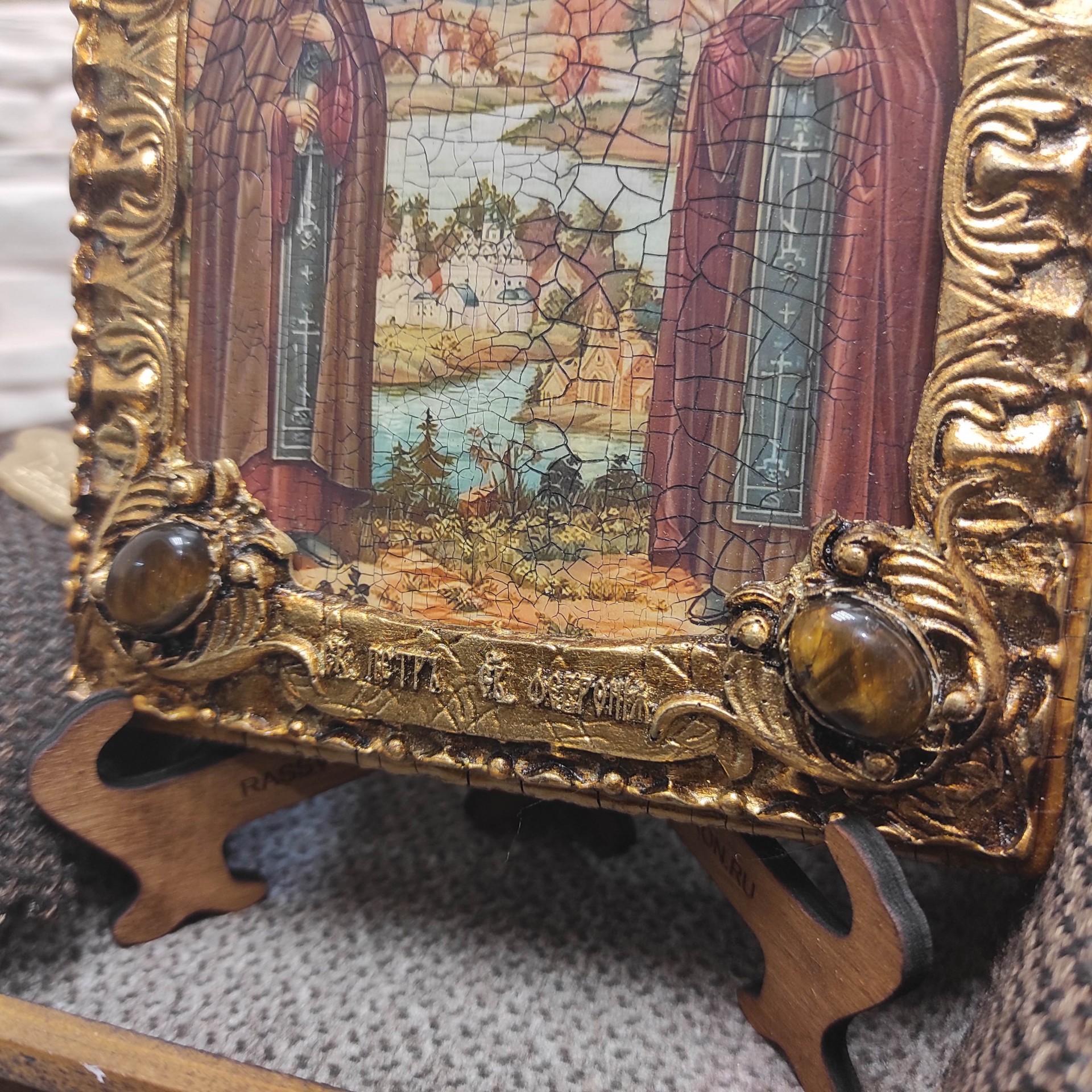 Фото иконы Петра и Февронии с иглицами и камнями средняя вид снизу камни