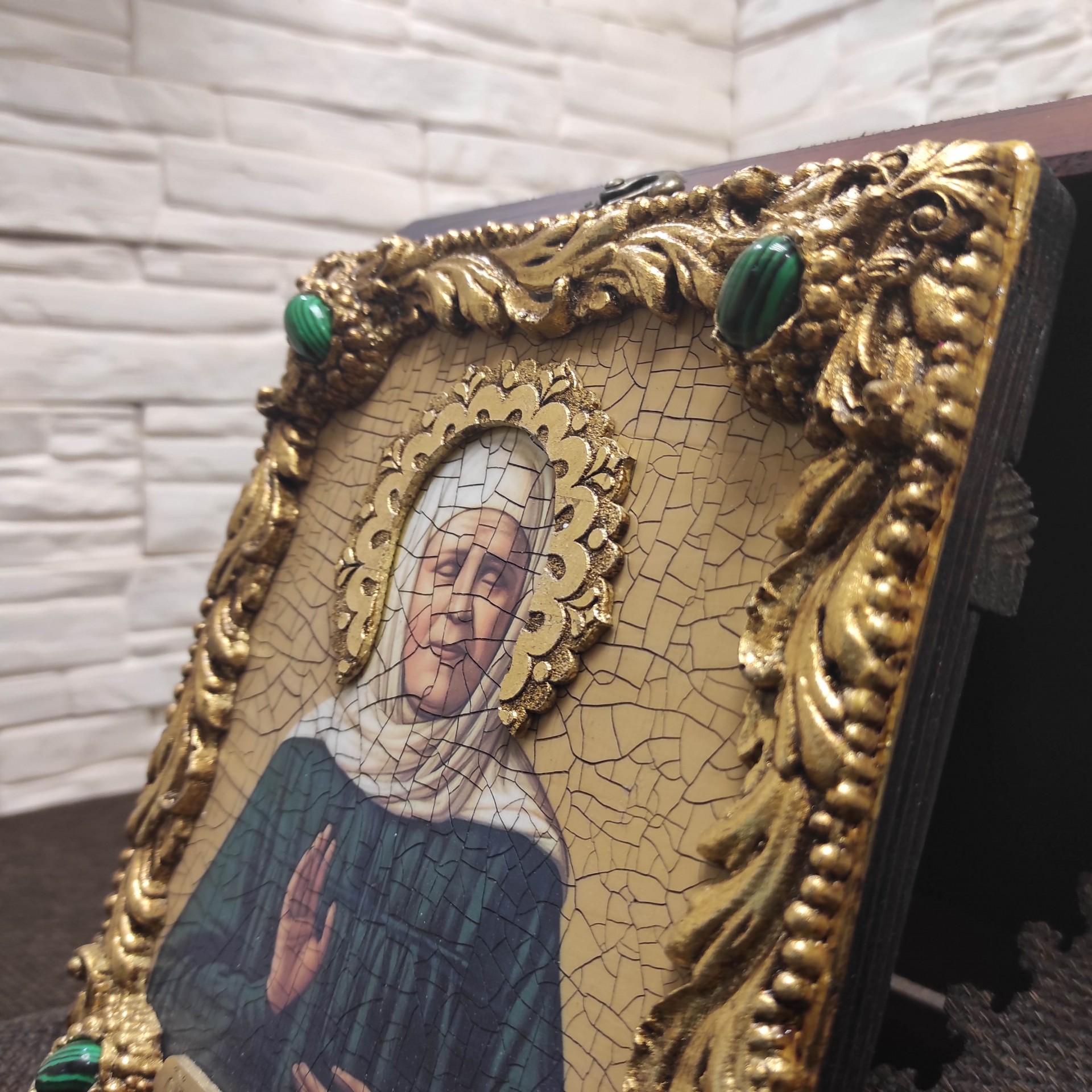 Фото сбоку иконы Матроны Московской под старину с иглицами и камнями