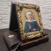Фото в футляре с покровом и подставкой иконы Матроны Московской под старину с иглицами и камнями