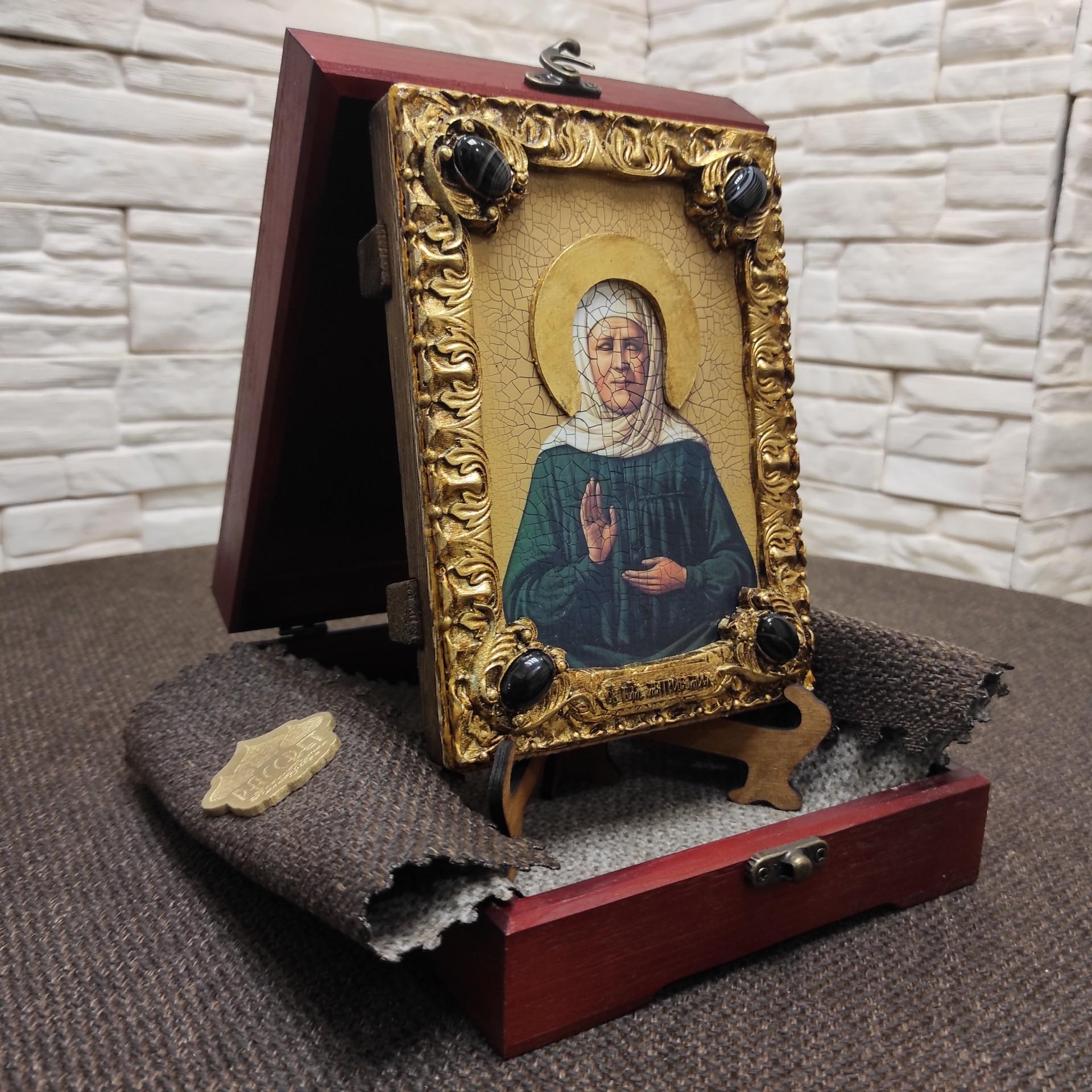 Фото иконы Матроны Московской на подставке в футляре