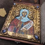 Фото уложенной в футляр иконы святой мученицы Натальи Никомедийской с камнями