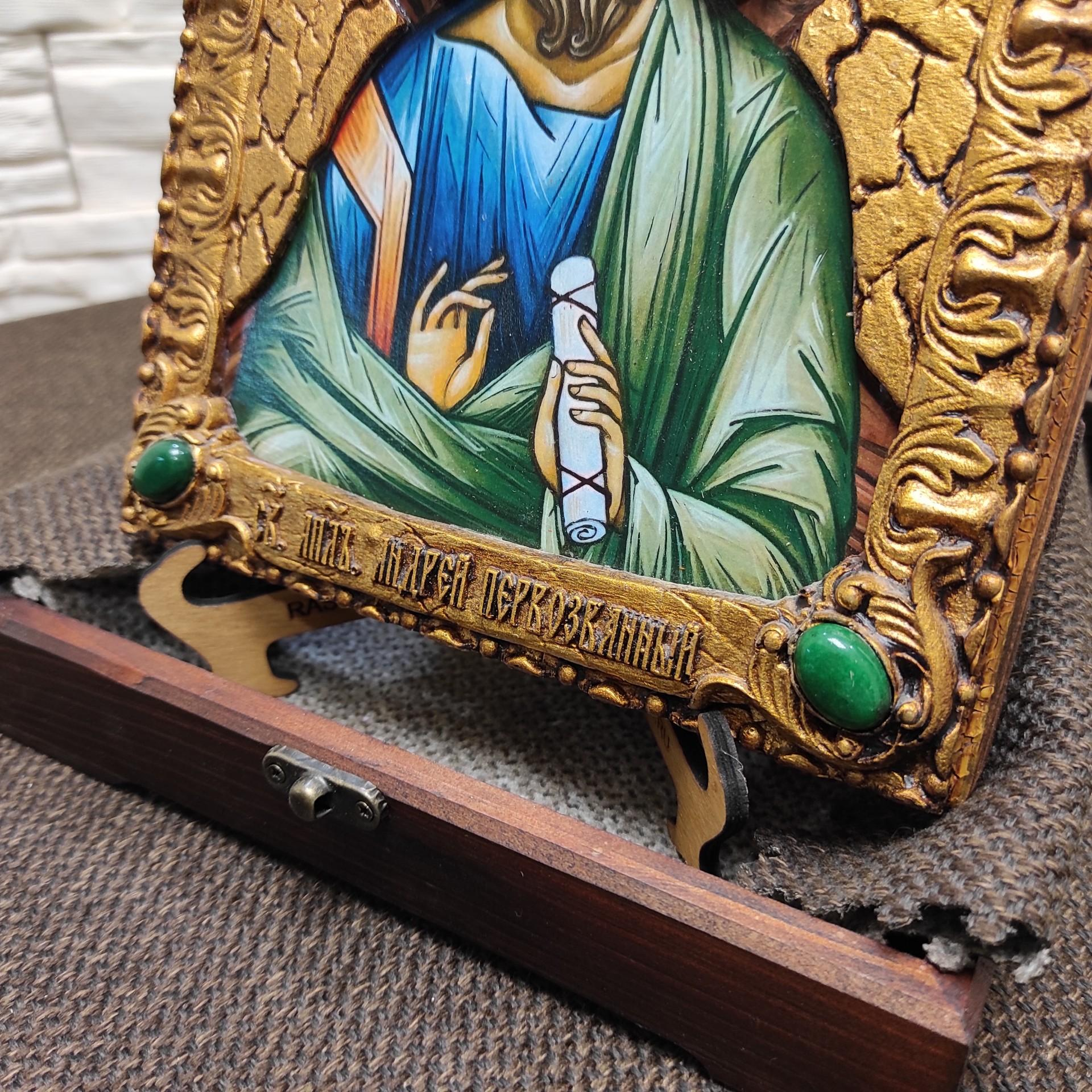 Фото нижних камней именной иконы святого апостола Андрея Первозванного с камнями на подставке в футляре