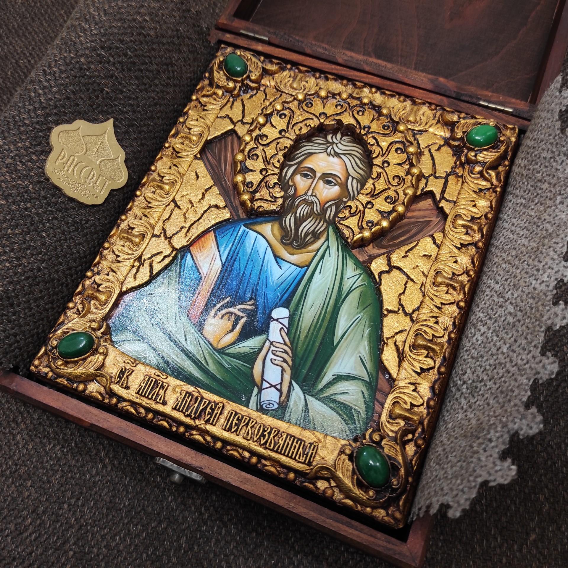 Фото именной иконы святого апостола Андрея Первозванного с камнями уложенной в футляре другой ракурс