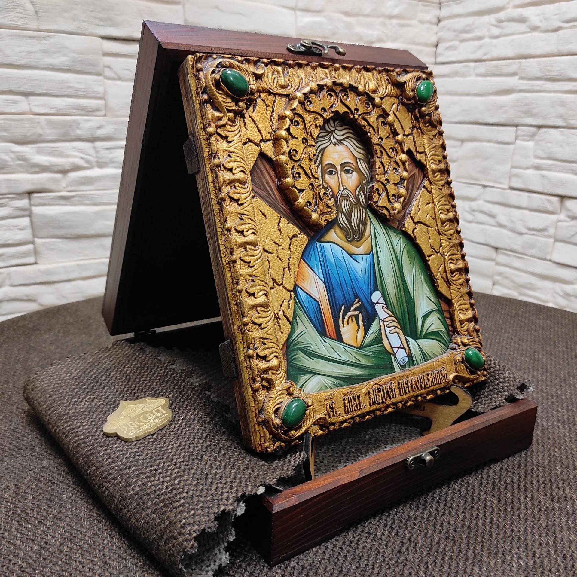 Фото именной иконы святого апостола Андрея Первозванного с камнями на подставке в футляре