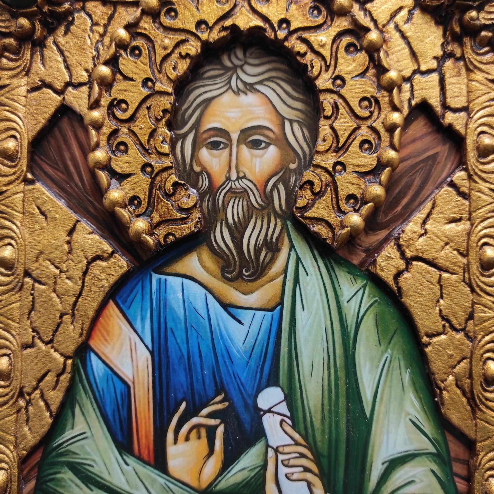 Фото лика именной иконы святого апостола Андрея Первозванного с камнями на подставке в футляре