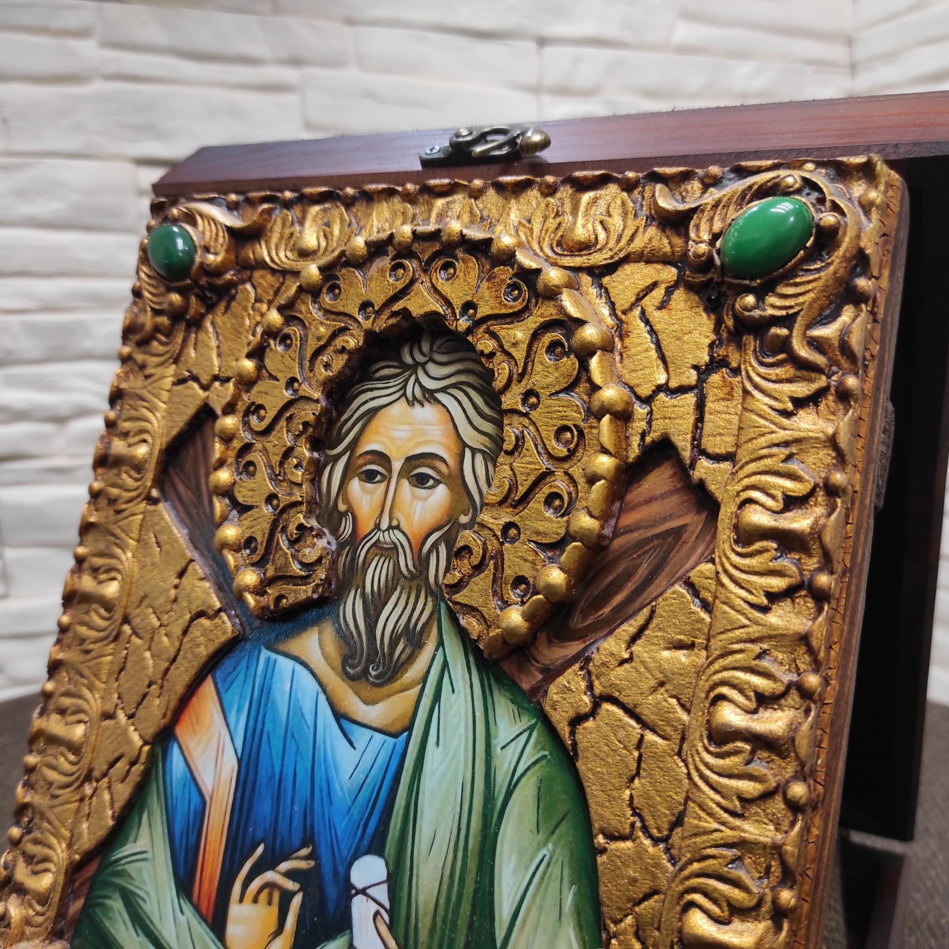 Фото верхних камней именной иконы святого апостола Андрея Первозванного с камнями на подставке в футляре
