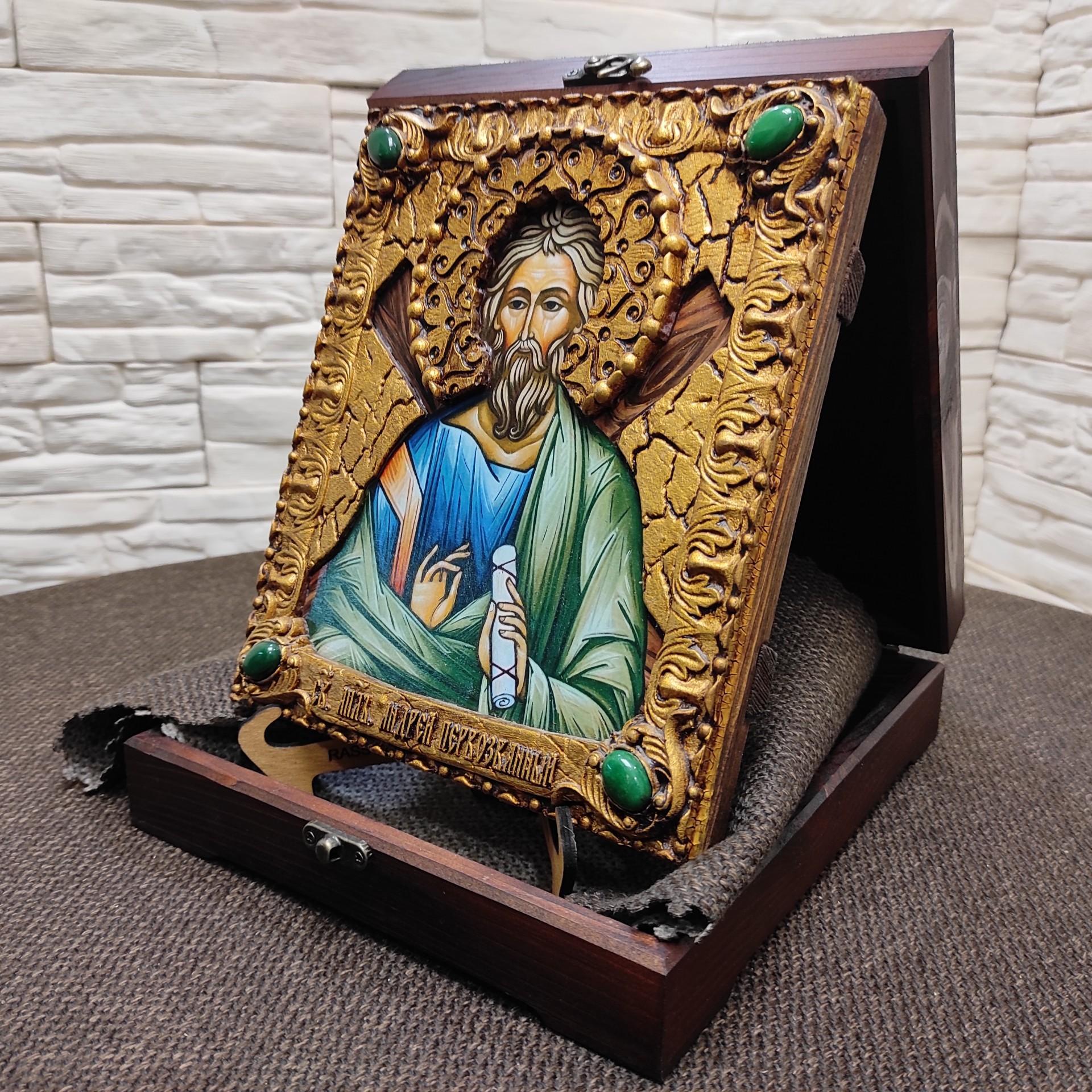 Фото именной иконы святого апостола Андрея Первозванного с камнями на подставке в футляре сбоку
