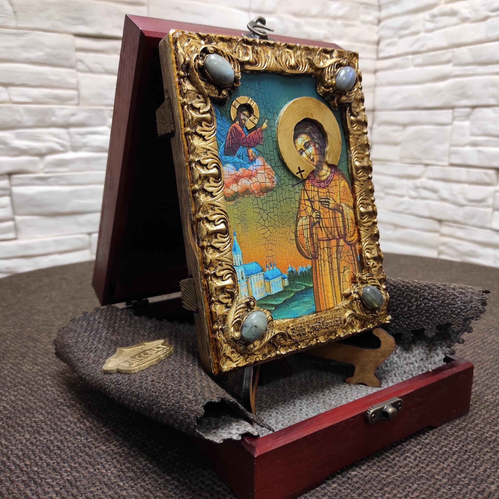Фото небольшой иконы Артемия Веркольского, подарочная на подставке в футляре