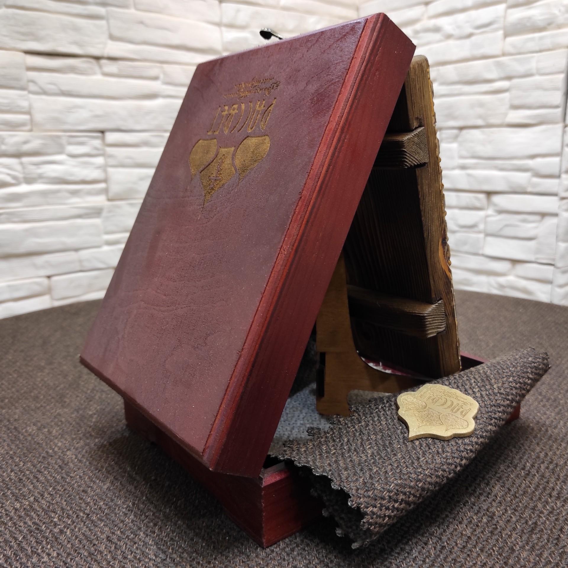Фото небольшой иконы Артемия Веркольского, подарочная на подставке в футляре вид сзади