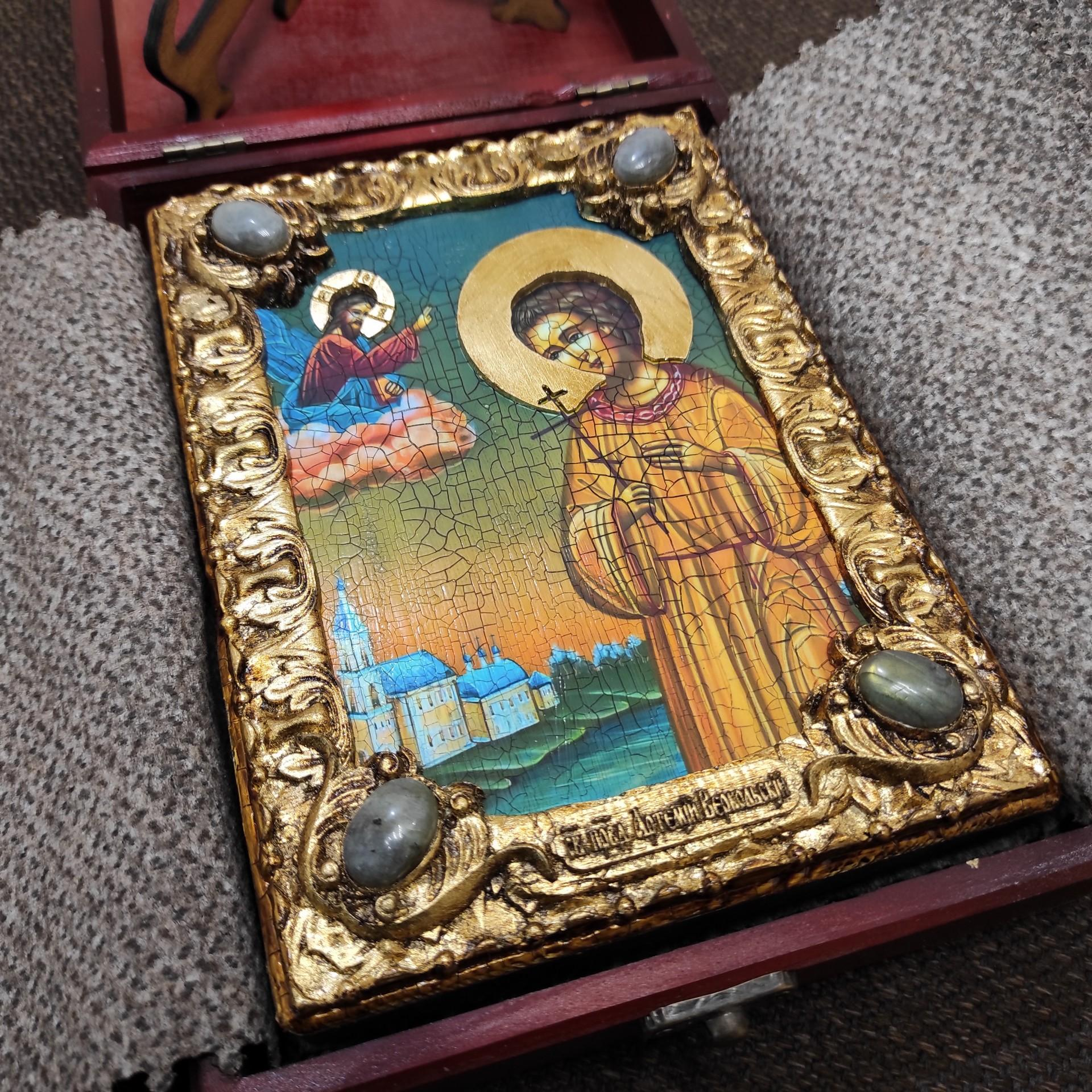 Фото небольшой иконы Артемия Веркольского, подарочная в футляре
