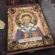 Фото авторской иконы Николая Чудотворца с камнями уложенной в футляр вид с другого ракурса