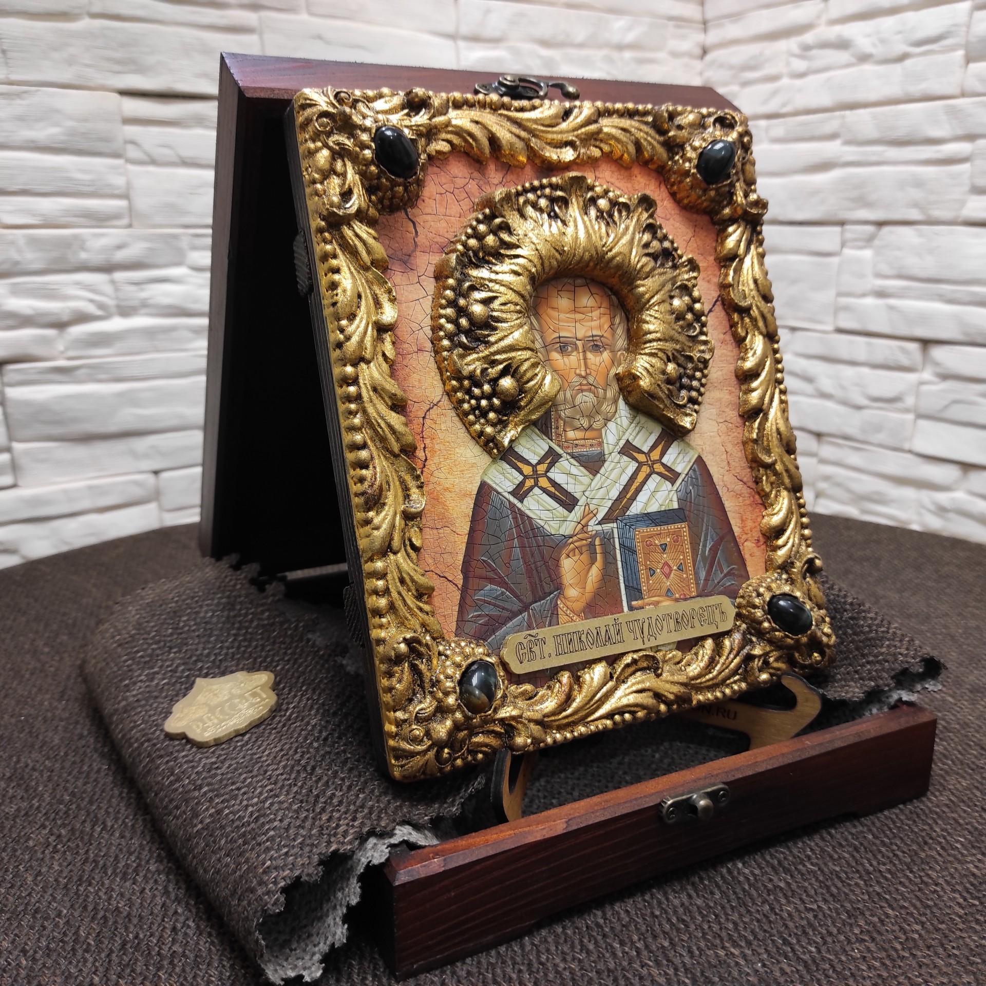 Фото общий вид в коробочке авторской иконы Николая Чудотворца с камнями