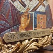 Фото надписи авторской иконы Николая Чудотворца с камнями