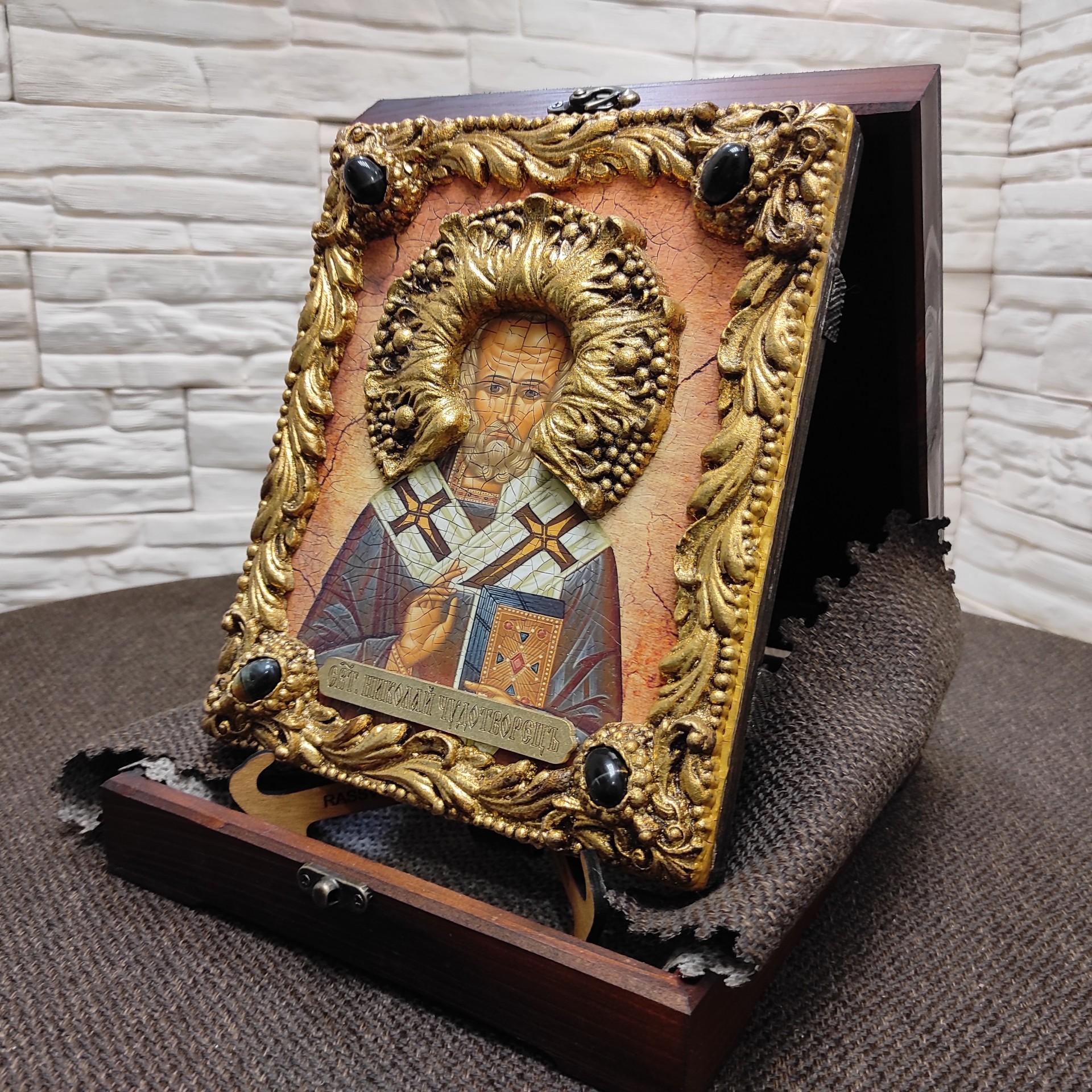 Фото авторской иконы Николая Чудотворца с камнями на подставке в футляре