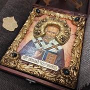 Фото авторской иконы Николая Чудотворца с камнями уложенной в футляр