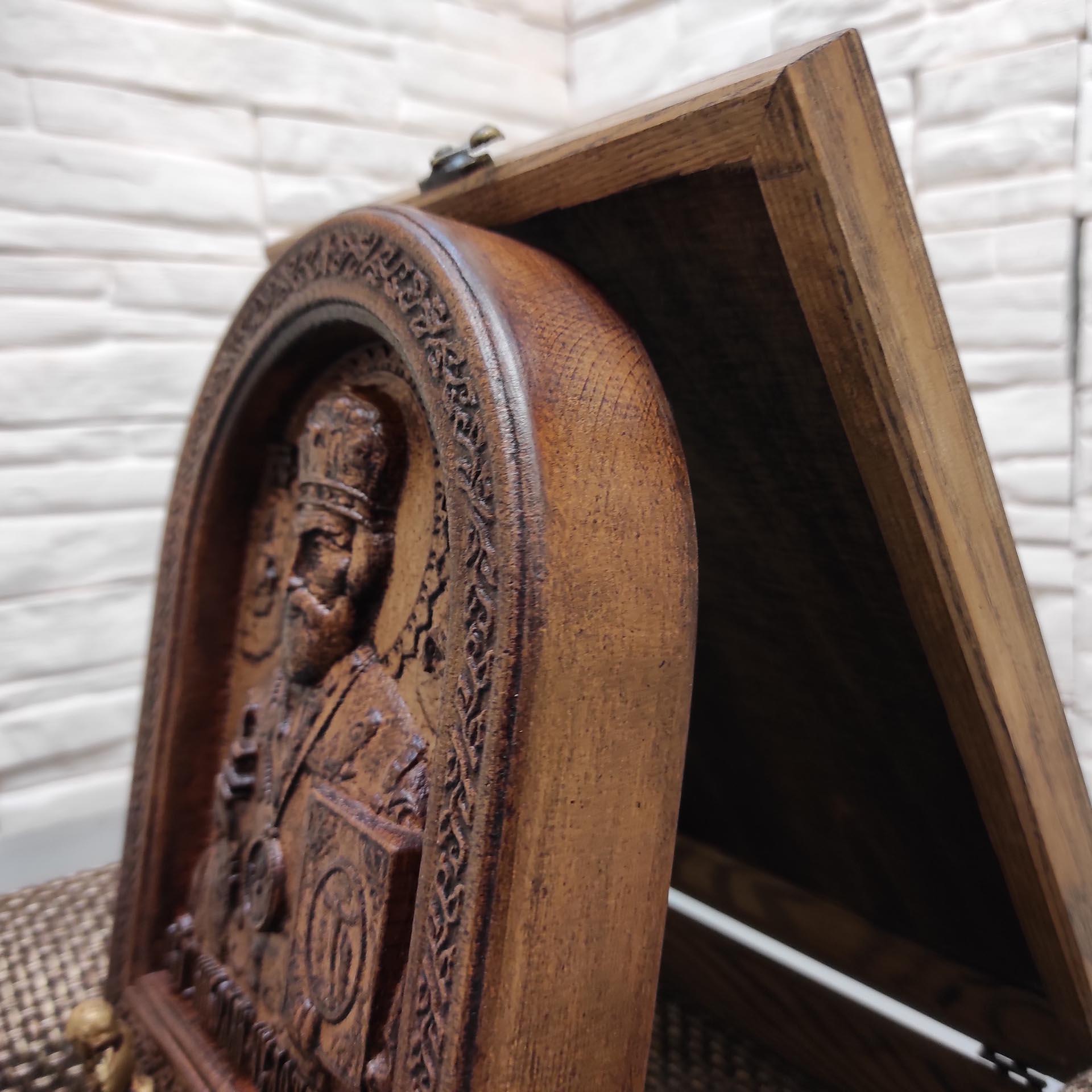 Деревянная икона Николая Чудотворца в толстой округлой раме